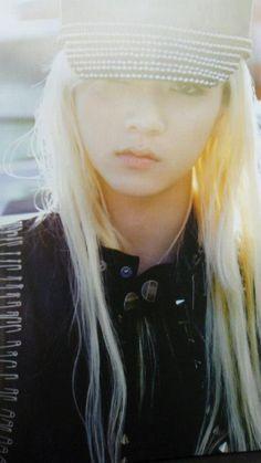 Ren Choi Minki Nu'est Maknae long hair feminine male androgynous pose. kpop fashion. THIS IS A BOY <33