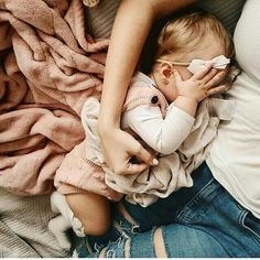 Baby girl sleeping with mama ❤️ Little Babies, Little Ones, Cute Babies, Baby Kids, Baby Outfits, Cute Baby Pictures, Baby Family, Kind Mode, Baby Fever