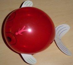 Olhem que simples e criativo!!! Achei nas minhas viagens pela net. Amei a idéia!!! Balão,cartolina, canetinha permanente... materiais bem ac...