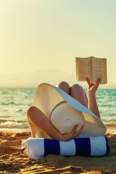 Reading on the beach! Here are top wanderlust books for your beach bum reading. Beach Bum, Summer Beach, Summer Vibes, Beach Relax, Sand Beach, Poses Photo, Summer Reading Lists, Beach Reading, Girl Reading