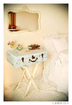 Use an old suitcase as a nightstand Reclaimed Furniture, Upcycled Furniture, Painted Furniture, Diy Furniture, Suitcase Decor, Shabby Chic Kitchen Decor, Vintage Suitcases, Vintage Room, Diy Bedroom Decor