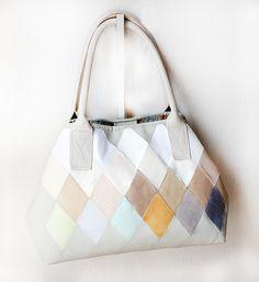 Bolsa em material sintético off-white com aplicações coloridas by BijouxMix.