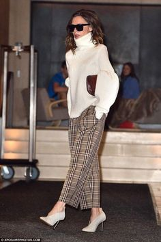 Victoria Beckham puts on stylish display in statement knit & trousers New York style: Accessorising with oversized shades and a burgundy clutch bag, her look was complete Fashion Mode, Work Fashion, Fashion 2017, Trendy Fashion, Winter Fashion, Fashion Looks, Fashion Outfits, Womens Fashion, Fashion Trends
