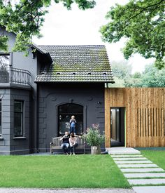 This family of cost-conscious Hamburgers (freshly back in Germany after years abroad) converted a kitschy turn-of-the-century villa into ... //Love the fence.