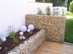 Gabionenmauer mit dahinter liegendem Beet...