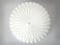 ◼︎ ◼︎ ◼︎ ◼︎ ◼︎ ◼︎ ◼︎ ◼︎ ◼︎ ◼︎ ◼︎ ◼︎ ◼︎ ◼︎ HEAVEN KNOWS /// CLEAR Origami Lampenschirm ◼︎ ◼︎ ◼︎ ◼︎ ◼︎ ◼︎ ◼︎ ◼︎ ◼︎ ◼︎ ◼︎ ◼︎ ◼︎ ◼︎ [ A B M E S S U N G E N ] 40 x 30 cm (B x H) 15.75 x 11.81 inch (d x h) [ L I E F E R U M F A N G ] 1 Lampenschirm [ M A T E R I A L ] VARIANTE 1: sehr
