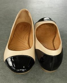 Clarks two-tone patent and flat leather ballet flats size 9M #Clarks #balletflats
