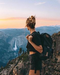 Have you been to Yosemite yet! Swipe Over and see why Yosemite is considered one of the worlds best! Tag a friend who loves Yosemite. Into The Wild, Foto Pose, Best Hikes, Travel Aesthetic, Adventure Aesthetic, Summer Aesthetic, Travel Goals, Travel Tips, Travel Vlog
