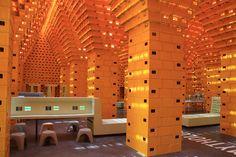 Réemploi de caisses de bierre comme éléments génériques pour un pavillon - 50e anniversaire de l'expo universelle de Bruxelles, 2008, agence V+