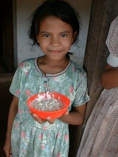 what kids of the world eat at school - honduras: interesting article. Are school lunches different? Or are they an equalizer among all kids? My Father's World, We Are The World, Spanish Classroom, Teaching Spanish, Countries Around The World, Around The Worlds, American Heritage Girls, Global Citizenship, World Geography