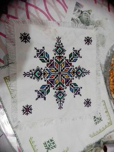 Point de Fès Flower Embroidery Designs, Embroidery Stitches, Embroidery Patterns, Blackwork, Christmas Embroidery, Woodworking Projects Diy, Cross Stitching, Crochet, Needlework