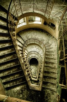 15 of the World's Most Strange Abandoned Places - Holland Island in the Chesapeake Bay, Maryland, USA- Não é o lugar onde se passa o seriado Hannibal? Abandoned Buildings, Abandoned Mansions, Old Buildings, Abandoned Places, Places To Travel, Places To See, Stairway To Heaven, Haunted Places, Stairways