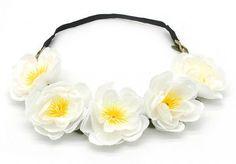 Romantische gevlochten haarband voorzien van blaadjes en vijf bloemetjes. De bloemen hebben een doorsnede van ongeveer 5cm. De elastiek aan de onderzijde zorgt voor een perfecte pasvorm.  Draag de haarband op de gewone manier of over je voorhoofd voor een Bohemian uitstraling.