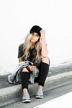 Looks con gorra jeans rasgados sneakers gorra negra look negro Baseball Hat  Outfits 3deba91f30d