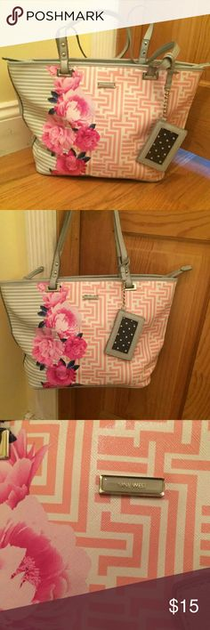 Nine west Purse Nine west. Over the shoulder purse. Only used a couple of times. Beautiful pattern. Perfect for the spring and summer. Can be zipped up. Nine West Bags