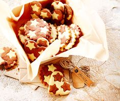 Das schwarz-weisse Guetzli ist der Guetzli-Star unter all den Weihnachtsguetzlis. Galletas Cookies, No Bake Cookies, Cake Cookies, Christmas Sweets, Christmas Baking, Christmas Cookies, Merry Christmas, Fruit Cups, Apple Crisp