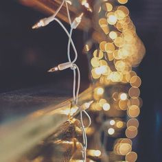 Get your iPhone Christmas Ready with 35 cute Christmas iPhone Wallpapers. Decorate your screen with gold sparkles, snow flakes and pretty christmas lights! Black Iphone 7 Plus, White Iphone, Whatsapp Background, Background S, Batman Wallpaper, Cool Wallpaper, Preppy Christmas, Christmas Christmas, Iphone Wallpaper Preppy