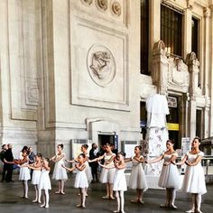 i_r_e_notti balletto classico #milano#milan#danzaclassica#weekend #aspettandolafashionweek#instamoment #instapicture #picoftheday #dailypicture #stazionecentrale#milanostazionecentrale