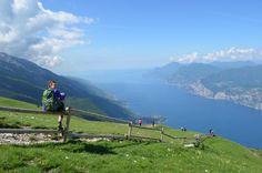 """Panorama Wandern am Monte Baldo. Vom Berggipfel nach Malcesine über den Colma Berg und """"Sentiero del Ventrar"""" - Tipps zur Wanderroute auf fernsuchtblog.de."""