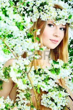 Ritratto di una ragazza bellissima primavera nella mela albero fiori.  photo
