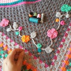 Add flowers to shawl Hippie Crochet, Freeform Crochet, Crochet Motif, Diy Crochet, Crochet Doilies, Crochet Shawls And Wraps, Crochet Scarves, Crochet Clothes, Crochet Flower Patterns