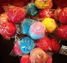 We LOVE these colourful #cake pops by Bitsy's Cupcakery! What flavour combinations would you create? #cakeart #foodart #cakepop