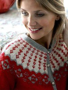 Denne trøje er noget af det smukkeste og har alt det, en klassisk juletrøje skal have, søde detaljer, nordisk karakter, og så er den lavet i den blødeste alpaka.