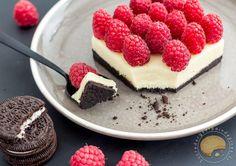 Comme un cheese cake sans cuisson avec une base de biscuits Oreo, d'une couche crémeuse de chocolat blanc/mascarpone recouverte de framboises fraîches.