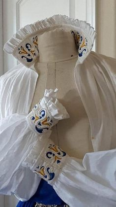Elizabethan chemise embroidered with my Maria Di Medici embroidery pattern in blue and gold (Copyrights Designs From Time 2016 All Rights Reserved). Fashioned from Belfast linen, and embellished with authentic freshwater cultured pearls. Historical Costume, Historical Clothing, Punto Smok, Women's Chemises, Custom Embroidery, Twiggy, Fashion Fabric, Smocking, Bridal Gowns