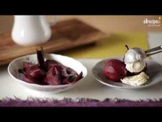 Rotweinbirnen, ein festliches Dessert für Weihnachten, Gäste oder andere besondere Anlässe. Unser Video zeigt, wie mans macht. Das Rezept gibts auf Allrecipes Deutschland http://de.allrecipes.com/rezept/15944/rotweinbirnen.aspx