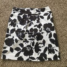 Floral printed Vera wang skirt This simply Vera skirt has black floral print with pops of colbalt blue accents. This gem also features pockets! Simply Vera Vera Wang Skirts Pencil