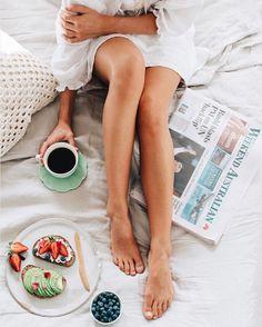 #emcasa #tumblr #morning #breakfast #cafedamanha #inspiration #flatlay Coffee In Bed, Coffee Time, Coffee Corner, Hot Coffee, Lazy Morning, Morning Girl, Sunday Morning Coffee, Easy Like Sunday Morning, Sunday Night