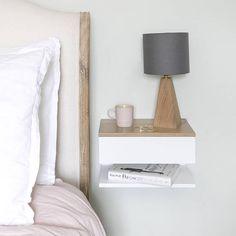 Weiß lackierter Buche Nachttisch mit massivem Eichenholz Top. Legt an der Wand, Raumnutzung in kleinen Schlafzimmern zu maximieren. Eine Schublade und ein Regal. Perfekt, um eine Lampe, Buch und Uhr in einem minimalen Raum passen. Einfach an der Wand anzubringen. KOSTENLOSE Lieferung für