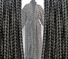 NOUVEAU tissu au mètre, collection imprimé block print , noir à motifs écrus White Outfits, Curtains, Motifs, Collection, Clothes, Home Decor, Fabric, Outfit, Black People