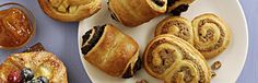 """Frischer Croissant & Plunderteig 400 g. Der Tante Fanny Croissant & Plunderteig ist rechteckig und backfertig auf Backpapier aufgerollt. Für die Herstellung wird in einen feinen Hefeteig Fett in mehreren Schichten touriert (eingschlagen). Je nach Fettanteil kann der Teig auch die Bezeichnung """"dänischer Blätterteig"""" tragen."""
