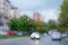 雨の日の運転は危険が一杯。視界が悪くなり ますし、路面も濡れて滑りやすくなっていま す。晴れた日よりも慎重に運転をしないと、 事故を起こす可能性が高くなります。 首都高速道路株式会社の調査によると、雨天 時の時間当たりの事故件数は、晴天時と比較 し、約5倍も高くなっているといわれていま す。さらに、雨天時の夜間は視界がますます 悪くなるため、深夜になると晴天時の約7倍 も事故が発生してしまうのです。