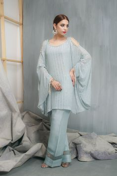 Build your summer looks around a standout Hem dress- nothing says warm-weather ease better then an easy, sleek designed outfit. Stylish Dress Designs, Stylish Dresses, Casual Dresses, Fashion Dresses, Women's Fashion, Pakistani Dresses Casual, Pakistani Dress Design, Designer Suits For Wedding, Sleeves Designs For Dresses
