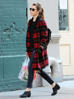 Jessica Biel found the ultimate fall outfit combo of a plaid coat and low booties Outfits Jeans, Casual Outfits, Cute Outfits, Jessica Biel, Fall Winter Outfits, Autumn Winter Fashion, Winter Wear, Plaid Coat, Plaid Blazer