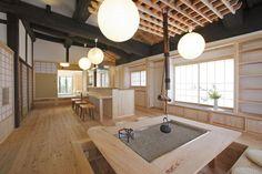 囲炉裏に掘りごたつ、アイランドキッチンと特徴的なLDK Japanese Style House, Japanese Home Decor, Japanese Modern, Irori, Tatami Room, Japanese Interior Design, Japanese Architecture, Dream House Plans, House Rooms