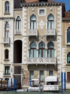 Houses in Venice, Italy are noted for their elegant facades facing the water. Venice Travel, Italy Travel, Venice Boat, Wonderful Places, Beautiful Places, Palazzo, Italy Tours, Santa Lucia, Northern Italy