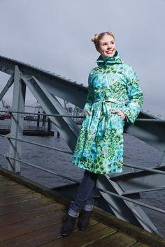 Der Regenmantel mit Strickfutter schützt nicht nur vor Nässe, sondern auch vor Kälte. Gisa Kuhn, angehende Gewandmeisterin, entwarf exklusiv für HANDMADE Kultur den Regenmantel mit Warmhaltegarantie. Perfekt dafür: die Soul Blossom Stoffe von Amy Butler. Hier könnt ihr euch das...