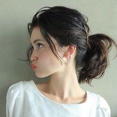 ひとつ結びは、どの位置で結ぶかで印象がガラリと変わります。耳より高めに結ぶと、華やかで若々しい雰囲気に。