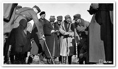Här ger överstelöjtnant Halsti en grupp utlänska journalister en lägesöversikt genom att rita på marken med sin käpp. Foto: SA-kuva.