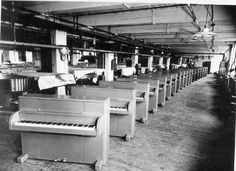 During the Second World War, Steinway helped the war effort by building gliders (and buy providing the troops with pianos for R and R)!    www.hertzapoppin.com    Accordatore restauratore pianforte roma