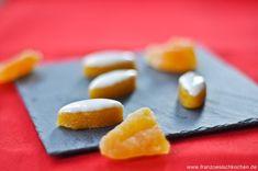 Die Calissons gehören zu den 13 Desserts de Noel in der Provence. Dort ist es Tradition 13 kleine Süßigkeiten zum Weihnachten zu servieren. Dazu gehören : - Eine süße Fougasse mit Orangenblüten-Geschmack. ; - Weißer Nougat ; - Schwarzer Nougat ; - Datteln; - Calissons ; - Pâte de coings ( Quitten Würfeln) ; - Rosinen ; - kandierte Melonen ; - Orangen ; - Äpfeln und Birnen ; - Prunes ( Pflaumen) ; - getrocknete Feigen ; - Nüsse und Mandeln. Eine kleine Zusammenfassung von diesen…