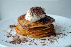 Små bananpandekager med skyr, ahornsirup og chokolade ( banana pancakes )