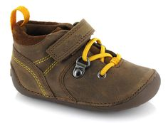 Suave y cómodo en cuero marrón oscuro, estos zapatos están muy acochados para que el caminar de tu hijo en sus primeros pasos sea un auténtico placer. /  Soft and comfortable in dark brown leather, these shoes are very padded for walking your child in their first steps into a pure pleasure.