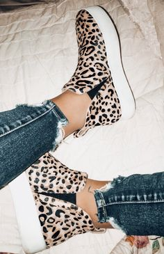 These cheetah print shoes are such a statement piece! These cheetah print shoes are such a statement piece! Steve Madden sneakers are comfy and affordable. Dream Shoes, Crazy Shoes, Cute Shoes, Me Too Shoes, Cheetah Print Shoes, Cheetah Print Outfits, Cheetah Clothes, Leopard Print Sneakers, Leopard Shoes