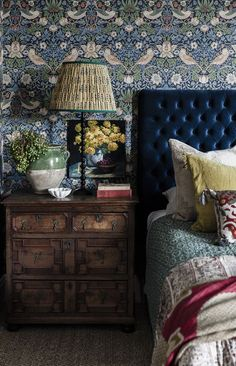 BEST OF CLASSIC DESIGN DETAILS: TABLE LAMPS • A Glass of Bovino Home Bedroom, Bedroom Decor, Bedroom Ideas, Deco Cool, Chinoiserie Wallpaper, Moody Wallpaper, Blue Bedding, Bedding Sets, Cheap Home Decor