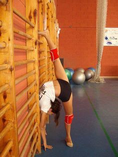 Wow! That's crazy flexibility. Aiming for this one day ^_^